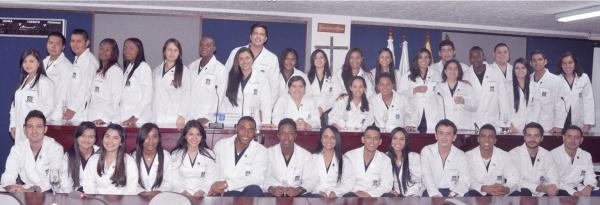 Estudiantes de quinto año de medicina reciben Botón de Médicos Internos