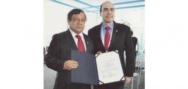 Carlos Andrés Pérez G. es condecorado en Encuentro Mundial de Rectores